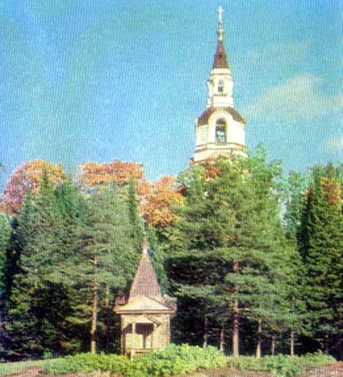 Колокольня Спасопреображенского монастыря (1892-1896 гг.) и деревянная Покровская часовня (начало XIX в.)