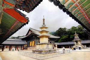 В Южной Корее прекрасно сохранились королевские дворцы, сады, храмы, старинные пагоды и святилища